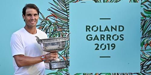 Rafael Nadal s trofejí pro vítěze Roland Garros 2019 (© AFP)